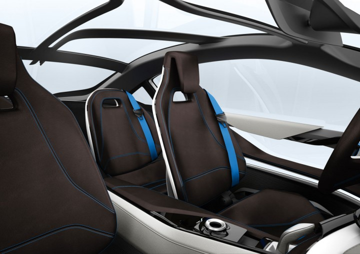 Driver- relevant functions such as the gearshift lever, start-stop ...