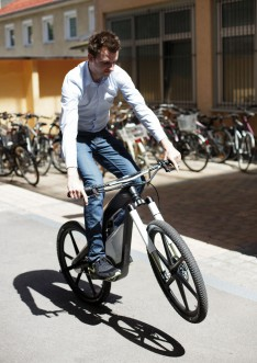 Hendrik Schaefers test riding the Audi e-bike Worthersee