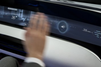 Mercedes-Benz F 015 Luxury in Motion Interior - Dashboard touch display